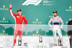 Le deuxième, Kimi Raikkonen, Ferrari, et le troisième, Sergio Perez, Force India, sur le podium