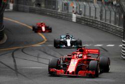Sebastian Vettel, Ferrari SF71H, precede Lewis Hamilton, Mercedes AMG F1 W09 e Kimi Raikkonen, Ferrari SF71H