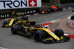 Carlos Sainz Jr., Renault Sport F1 Team R.S. 18, leads Nico Hulkenberg, Renault Sport F1 Team R.S. 18 and Max Verstappen, Red Bull Racing RB14