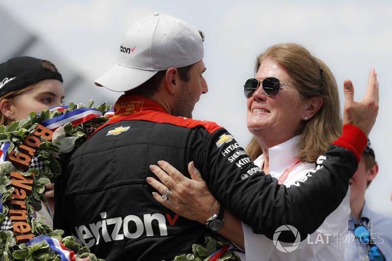 Гонщик Team Penske Chevrolet Уилл Пауэр и Кэти Пенске