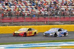 Joey Logano, Team Penske, Ford Fusion Shell Pennzoil and Ricky Stenhouse Jr., Roush Fenway Racing, Ford Fusion Fastenal