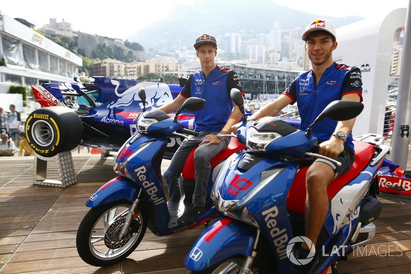 Pierre Gasly, Toro Rosso, posa con Brendon Hartley, Toro Rosso, con motocicletas Honda