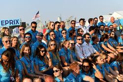 Alejandro Agag, CEO de Formula E, el resto del personal posa para una foto de fin de temporada