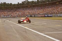 Alain Prost duwt zijn McLaren MP4-2C TAG nadat hij in de laatste ronde zonder brandstof komt te staan