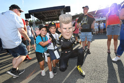 Nico Hulkenberg, Renault Sport F1 Team caricature and fans