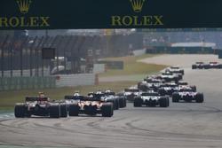 Daniel Ricciardo, Red Bull Racing RB14, dietro a una McLaren
