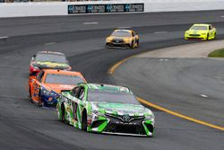 Kyle Busch, Joe Gibbs Racing, Toyota Camry Interstate Batteries e Brad Keselowski, Team Penske, Ford Fusion Autotrader