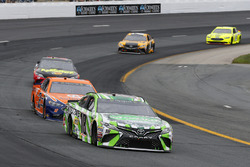 Kyle Busch, Joe Gibbs Racing, Toyota Camry Interstate Batteries e Brad Keselowski, Team Penske, Ford Fusion Autotrader