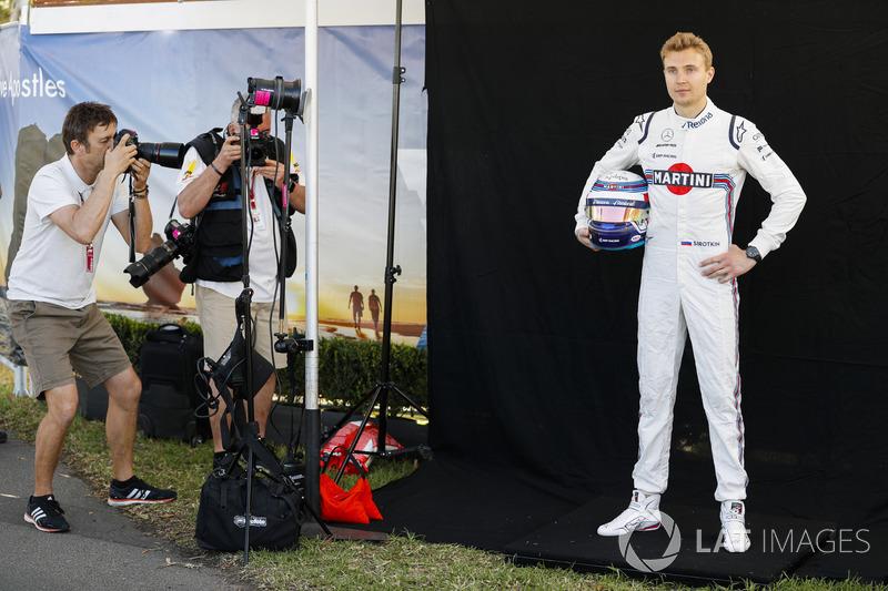 Sergey Sirotkin posa para foto