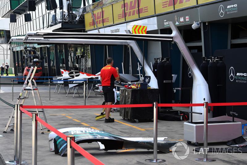 Боксы Mercedes AMG F1 и сотрудник DHL