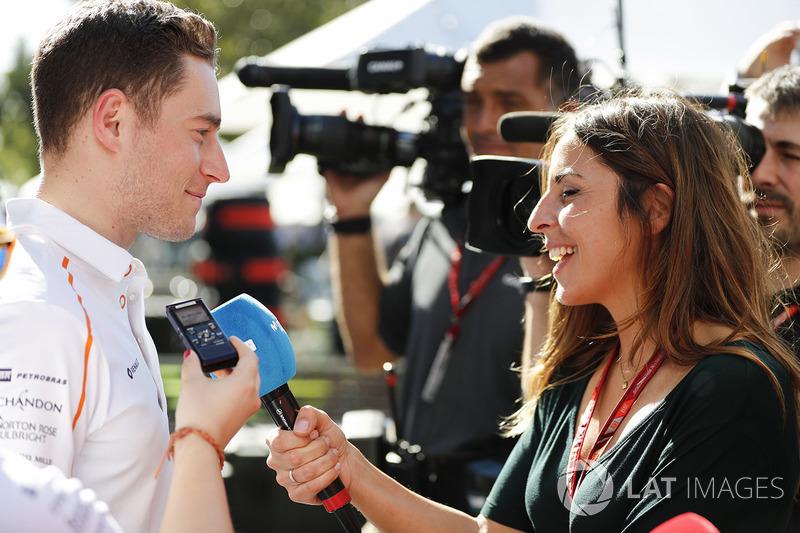 Stoffel Vandoorne, McLaren, viene intervistato