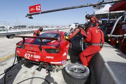 #62 Risi Competizione Ferrari 488 GTE, GTLM: Alessandro Pier Guidi, Toni Vilander, James Calado, pit