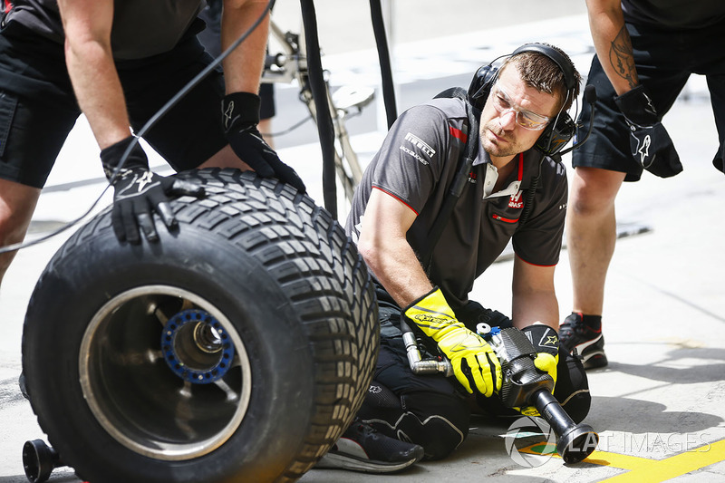 Haas Mechanic preparing for pit stop practice