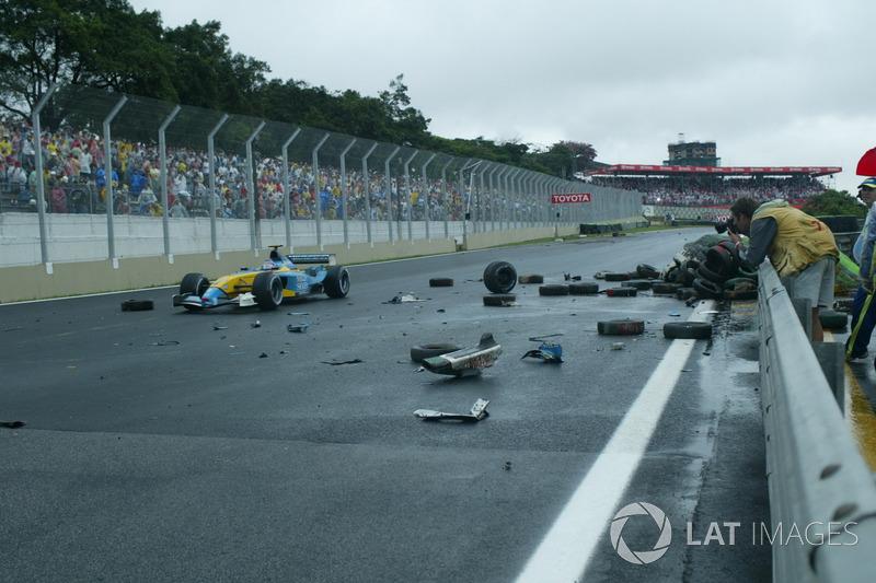 Jarno Trulli, Renault Renault F1 Team R23, passe après le crash de Fernando Alonso