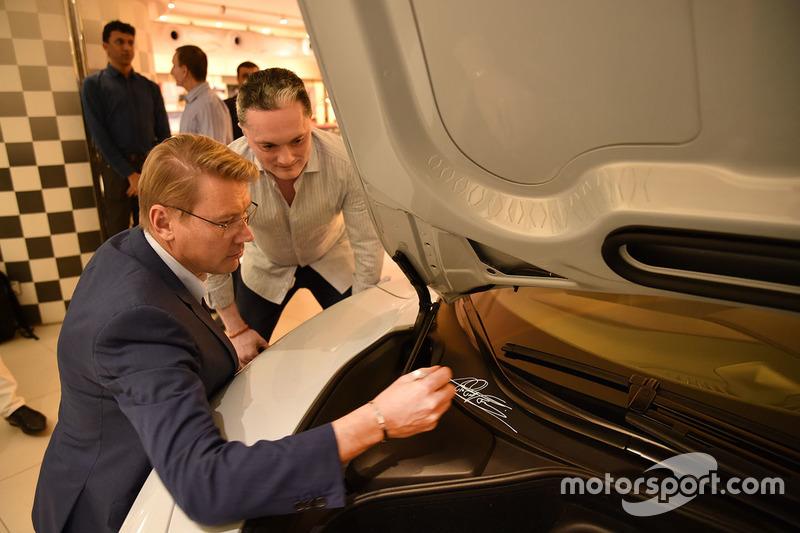 Mika Hakkinen autografa la McLaren 720S di Gautam Singhania
