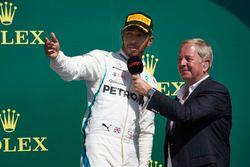 Lewis Hamilton, Mercedes AMG F1, es entrevistado por Martin Brundle, en el podio