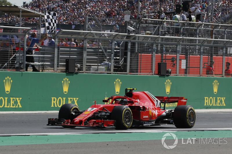 Kimi Raikkonen, Ferrari SF71H bajo la bandera a cuadros