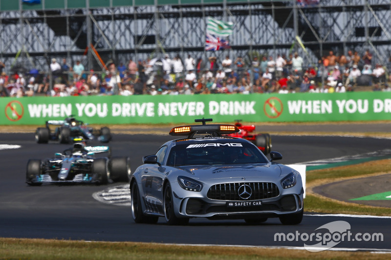 La Safety Car precede Valtteri Bottas, Mercedes AMG F1 W09, e Sebastian Vettel, Ferrari SF71H
