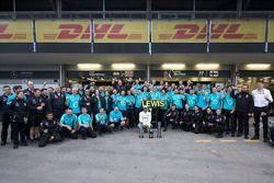Zwycięzca Lewis Hamilton, Mercedes AMG F1, świętuje z zespołem
