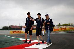 Sergio Perez, Force India F1 parcourt la piste à pied