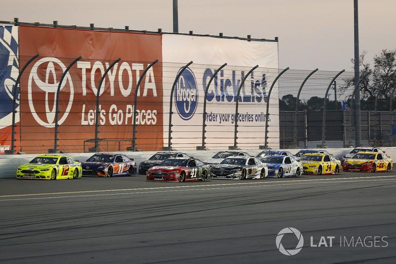 Ryan Blaney, Team Penske Ford Fusion en Kurt Busch, Stewart-Haas Racing Ford Fusion lead