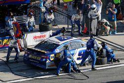 Chase Elliott, Hendrick Motorsports Chevrolet Camaro pit stop