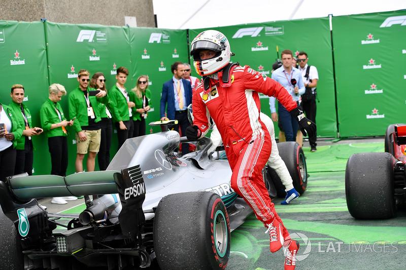 Le vainqueur Sebastian Vettel, Ferrari fête sa victoire dans le Parc Fermé