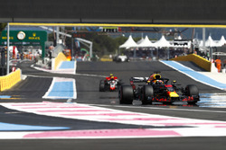 Daniel Ricciardo, Red Bull Racing RB14, Kevin Magnussen, Haas F1 Team VF-18