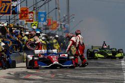 Tony Kanaan, A.J. Foyt Enterprises Chevrolet, Charlie Kimball, Carlin Chevrolet, pit stop