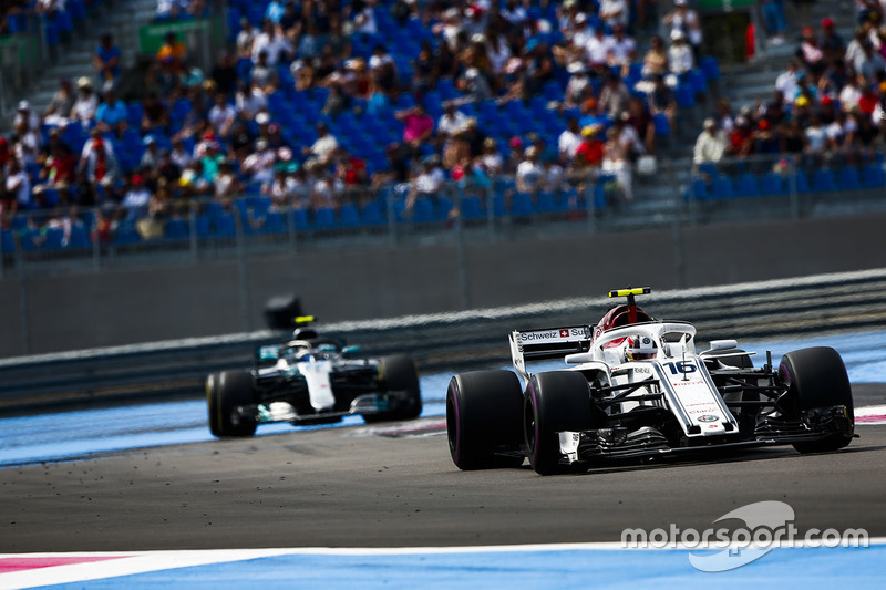 Charles Leclerc, Sauber C37, precede Valtteri Bottas, Mercedes AMG F1 W09