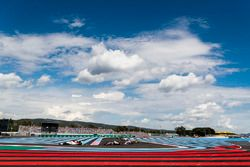 Marcus Ericsson, Sauber C37, voor Romain Grosjean, Haas F1 Team VF-18, en Sergio Perez, Force India VJM11