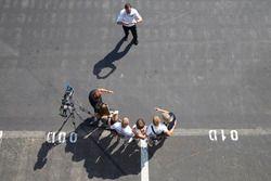 Des invités prennent une photo avec Valtteri Bottas, Mercedes AMG F1