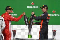 Podio: ganador de la carrera Sebastian Vettel, Ferrari y tercer lugar Max Verstappen, Red Bull Racing