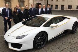 Stefano Domenicali, CEO Lamborghini CEO, e altri dignitari con la Lamborghini Huracan Papale