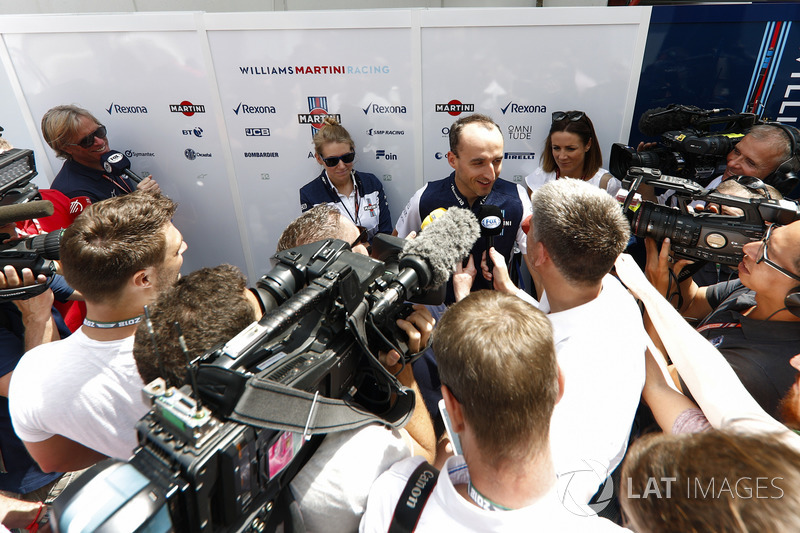 Robert Kubica, Williams Martini Racing, podczas wywiadów