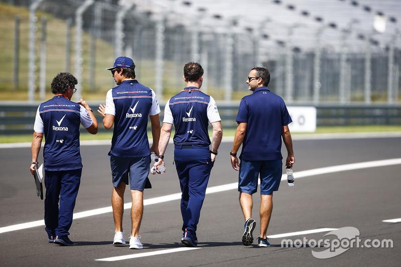 Lance Stroll, Williams Racing, cammina lungo il circuito con Luca Baldisserri, ingegnere, Williams F1, e il suo team