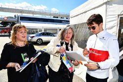 Charles Leclerc, Alfa Romeo Sauber F1 Team signe des autographes pour ses fans
