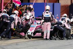 Sergio Perez, Force India VJM11, pit stop action