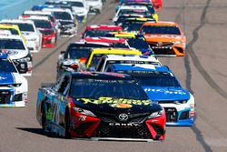 Martin Truex Jr., Furniture Row Racing, Toyota Camry 5-hour ENERGY/Bass Pro Shops y Kyle Larson, Chi