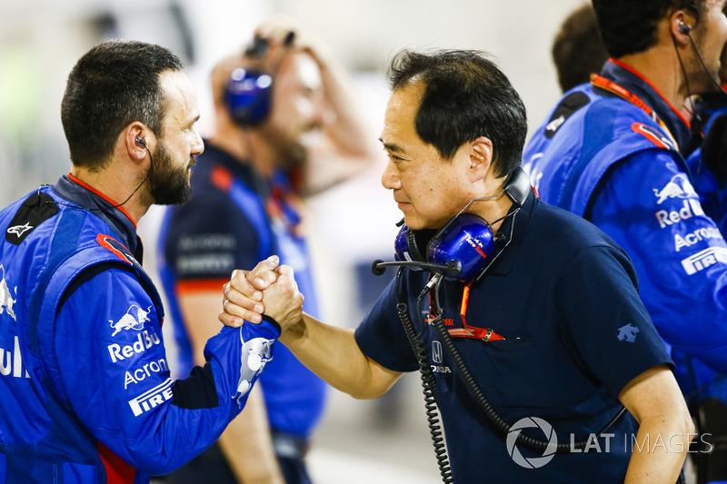 Toyoharu Tanabe, F1 Technical Director, Honda, merayakan bersama kru Toro Rosso