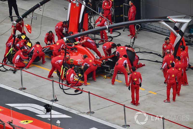 Команда Ferrari отрабатывает процедуру пит-стопа