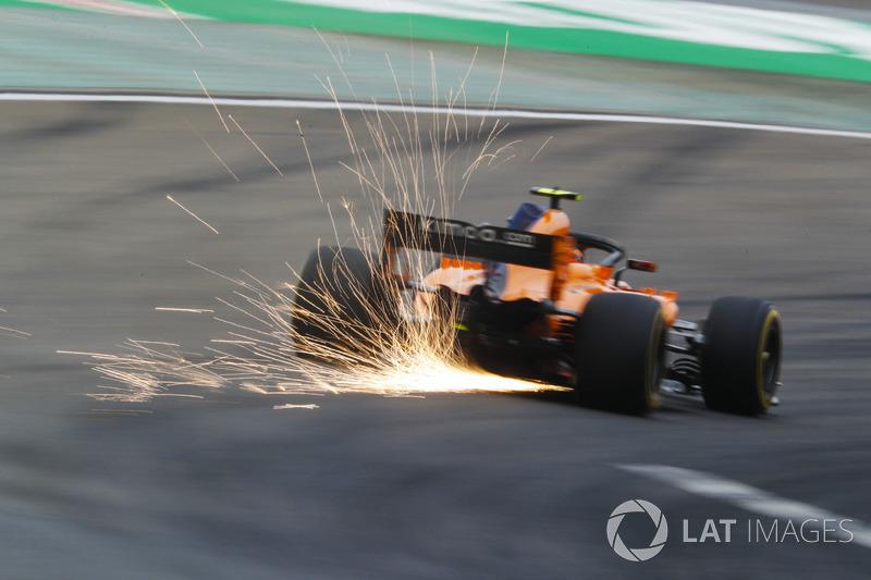 Si alzano scintille dalla monoposto di Stoffel Vandoorne, McLaren MCL33 Renault