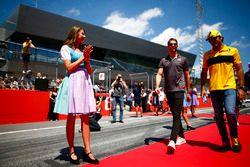 Grid Girl con abiti tradizionali ai lati del corridoio che i piloti percorrono prima della drivers parade, mentre Romain Grosjean, Haas F1 Team, e Carlos Sainz Jr., Renault Sport F1 Team, passano