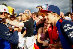 Brendon Hartley, Toro Rosso, poses for a fan to take a photo
