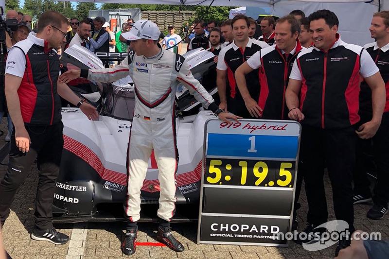 Porsche 919 : Timo Bernhard et le panneau du record