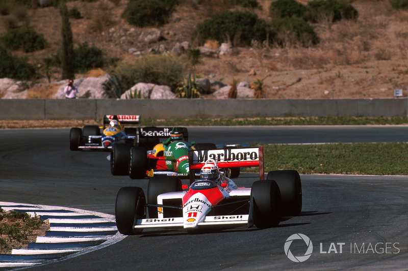 Alain Prost, McLaren MP4/4, devant Thierry Boutsen, Benetton B188, et Nigel Mansell, Williams FW12