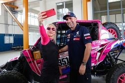 Камелия Липароти и гонщик Peugeot Sport Стефан Петерансель