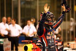 Sebastian Vettel, Red Bull Racing RB7 Renault, pole pozisyonunu kutluyor
