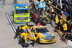 Todd Gilliland, Kyle Busch Motorsports Toyota and Matt Crafton, ThorSport Racing Toyota