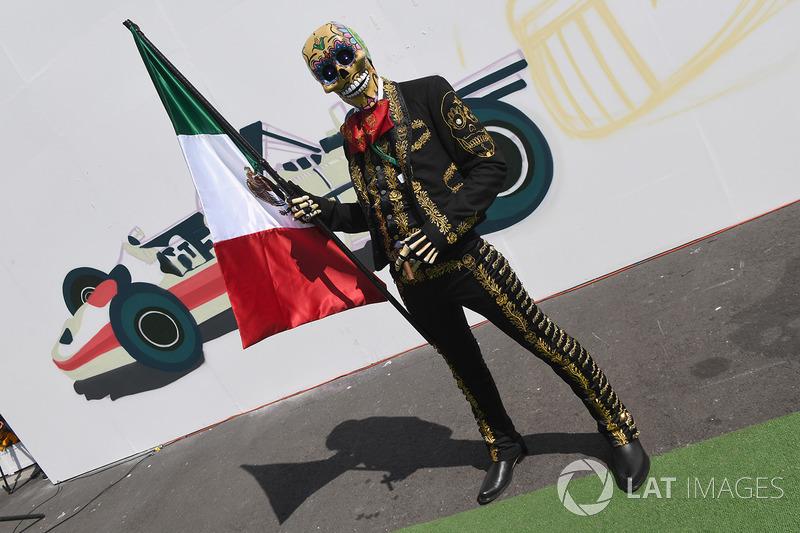 Caracterización de Día de Muertos con una bandera mexicana